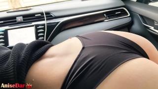 Сексуальная красотка сосет большой член в машине